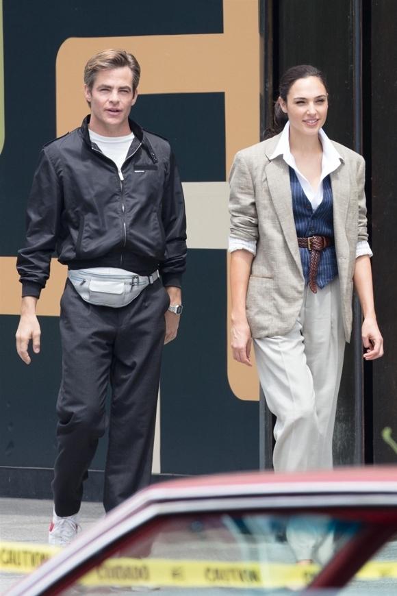 Cặp đôi diễn viên trên trường quay.