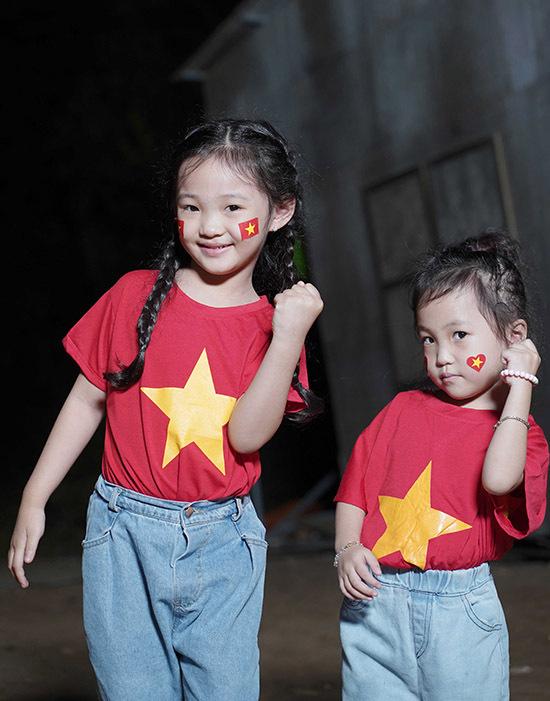 Hai diễn viên nhí trong đoàn phim Lật mặt: 48h cũng mặc đồng phục ủng hộ U22 Việt Nam.