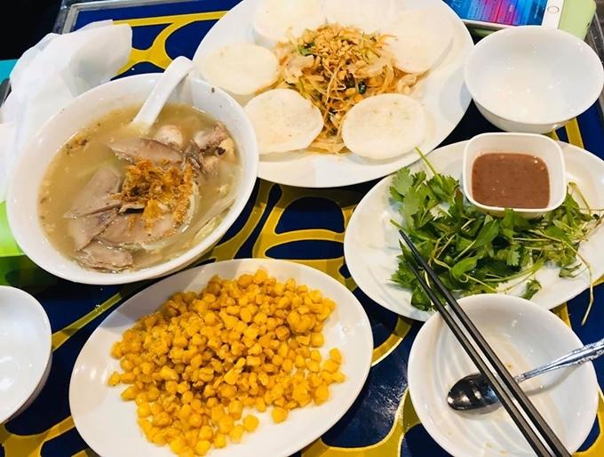 Chàng trai gốc Đà Nẵng gọi vài món nhắm như bắp xào, gỏi... thích hợp để vừa nhâm nhi, vừa xem bóng đá.