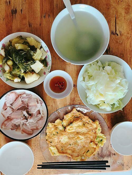 Hiện tại, cậu con trai của Hải Yến đã biết dọn bát đĩa, kê bàn ghế sau mỗi bữa ăn.