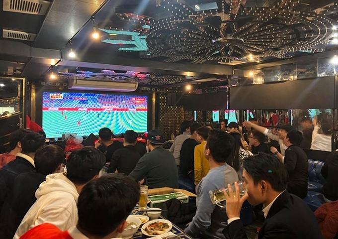 Giữa quán đặt một màn hình led cỡ lớn để phục vụ người hâm mộ.