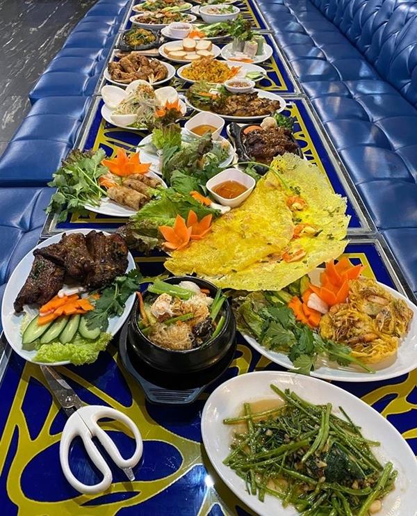 Thực đơn quán khá phong phú. Nhiều món quen thuộc với người Việt như rau muống xào tỏi, bánh xèo, chả giò, cà pháo mắm tôm với giá dao động từ 380 đến 1580 yên/phần (khoảng 80.000 - 340.000 đồng). Hương vị ăn khá ổn, gần giống vị quê nhà.