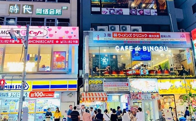 Nằm trên tầng 5 của tòa nhà, ngay khu Shinjuku đông đúc, nhà hàng chuyên phục vụ món Việt - Heochang 2 - là điểm hẹn quen thuộc của người Việt xa xứ.