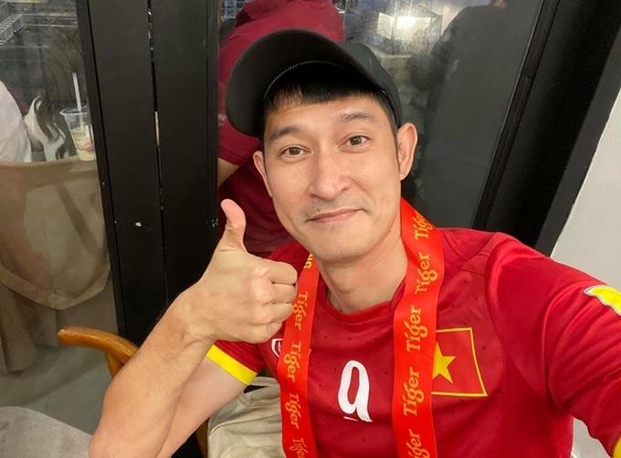 Huy Khánh cổ vũ U22 Việt Nam tại một quán cafe có màn hình lớn trên phố đi bộ Nguyễn Huệ, TP HCM. Trước đó khi làm đám giỗ cho mẹ, nam diễn viên khẳng định trước di ảnh bà rằng 90% Việt Nam sẽ vô địch.