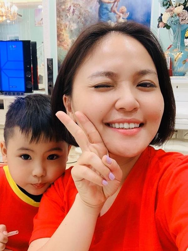 Ca sĩ Lam Trang, vợ nhạc sĩ Tú Dưa, cùng con trai háo hức chờ xem cuộc đọ sức giữa Việt Nam và Indonesia sắp diễn ra tối 10/12. Cô bày biện mâm tiệc thịnh soạn để ăn mừng chiến thắng dù trận bóng chưa bắt đầu.