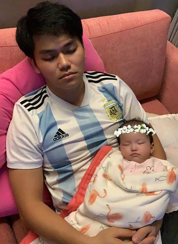 Ông xã của diễn viên Lê Phương ôm con ngủ gục trong lúc chờ xem tường thuật trực tiếp trận đấu.