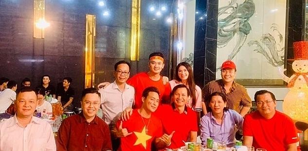 Vợ chồng Kha Ly (áo hồng phía sau) và Thanh Duy (áo sao vàng) quây quần bên người thân cùng xem bóng đá.