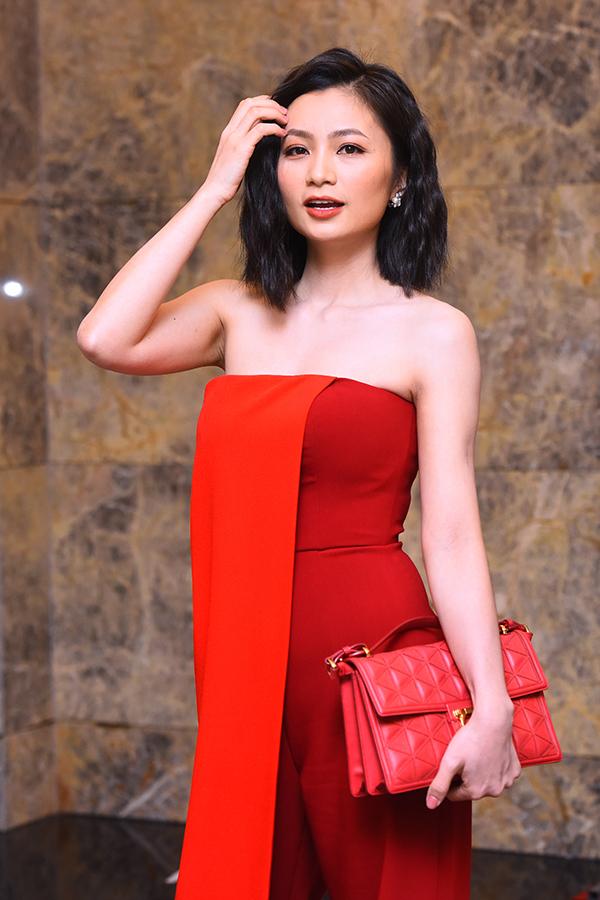Diệu Hương tại buổi họp báo ra mắt phim Hoa hồng trên ngực trái.