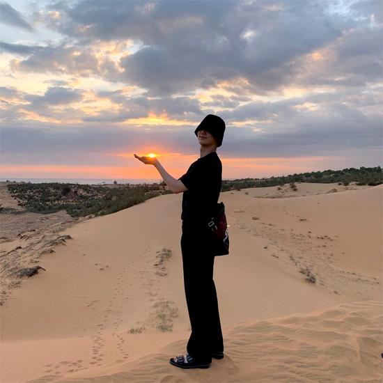 Nam diễn viên ở đồi cát.