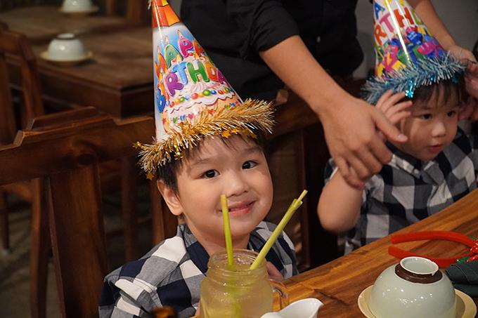 Các con Baggio thích thú đón mừng sinh nhật bố. Hai bé được đội mũ, thổi bánh kem cùng bố.