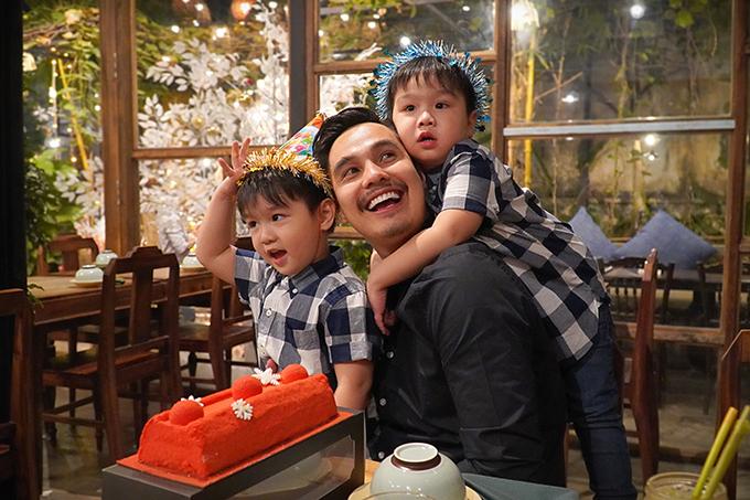Đây là năm đầu tiên mà Ben và Liam ca rõ lờichúc mừng sinh nhật bố. Vì thế, niềm vui của Baggio càng được nhân lên gấp bội.Thêm tuổi mới, điều mà Baggio mong mỏi là cả gia đình luôn được khỏe mạnh, các con ngoan ngoãn.