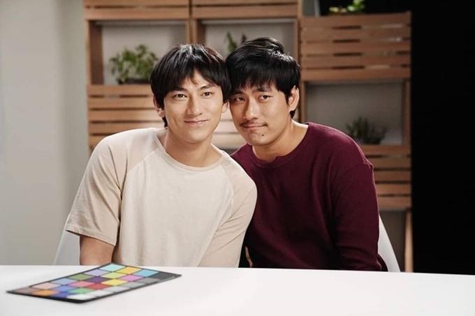 Hai nam diễn viên trong phim.