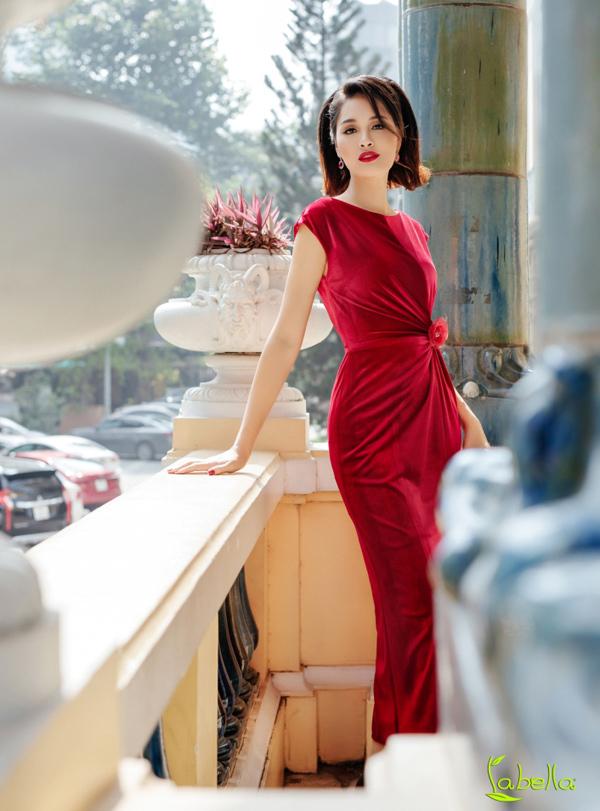 Hoa hậu Hương Giang khoe vóc dáng khi diện trang phục nhung