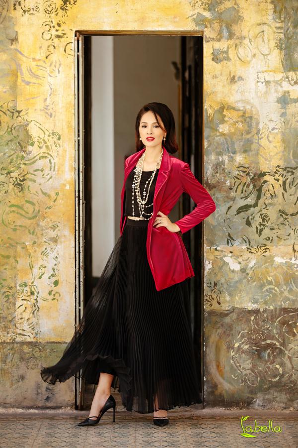 Hoa hậu Hương Giang khoe vóc dáng khi diện trang phục nhung - 9