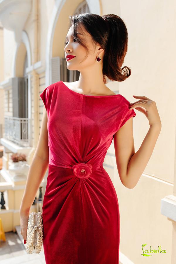 Hoa hậu Hương Giang khoe vóc dáng khi diện trang phục nhung - 1