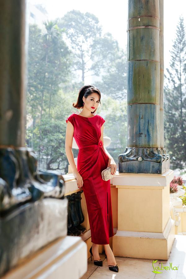 Hoa hậu Hương Giang khoe vóc dáng khi diện trang phục nhung - 2