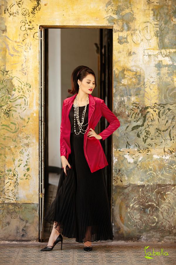 Hoa hậu Hương Giang khoe vóc dáng khi diện trang phục nhung - 8
