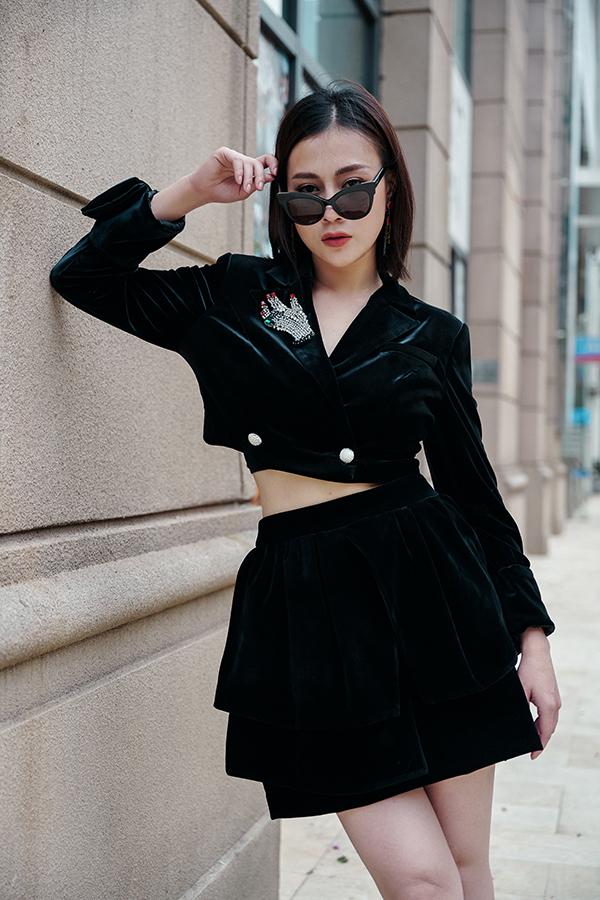 Nhung là chất liệu quen thuộc trong những bộ sưu tập thời trang mùa đông. Để giữ được vẻ trẻ trung khi diện đồ nhung, Phương Oanh chọn chân váy ngắn kết hợp với áo crop-top.