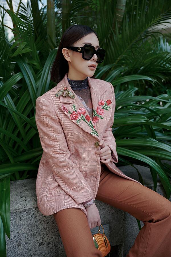 Cô khiến chiếc vest thêu hoa trở nên điệu đà hơn với cài áo hình côn trùng và kính Gucci to bản.