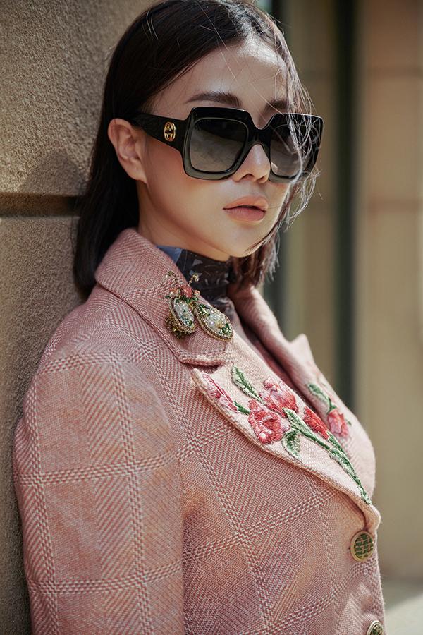 Bộ ảnh được hỗ trợ thực hiện bởi nhiếp ảnh Long Hoàng, stylist Huyền Gin, trang điểm Tạ Quang Anh, làm tóc Hà Nguyễn.