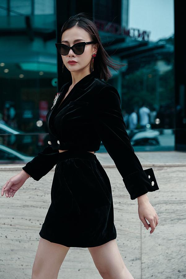 Cách kết hợp này giúp nữ diễn viên Quỳnh búp bê khoe được vòng eo con kiến nhờ nỗ lực chăm chỉ luyện tập.