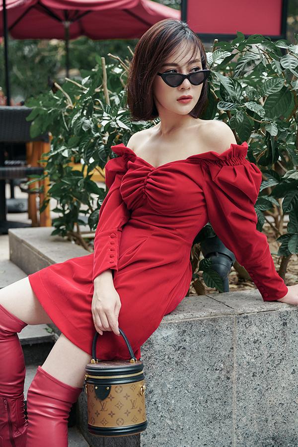 Nữ diễn viên Quỳnh búp bê biết cách làm bản thân nổi bật hơn khi diện váy trễ vai màu đỏ phối với boot cao quá gối ton sur ton