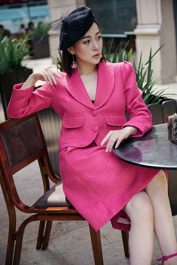 Phương Oanh hóa quý cô kiêu kỳ, sang chảnh với bộ vest vải tweet màu cánh sen kết hợp với mũ trùm voan.