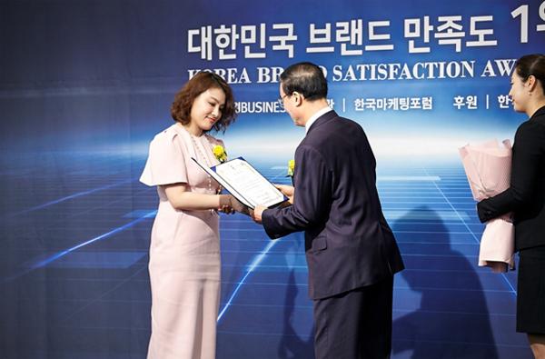 Ông Song In Kook - Uỷ viên văn phòng điều hành Nhật báo Kinh tế Hàn Quốc trao giải thưởng Award for Functional Cosmetic cho CEO Giang Nguyễn