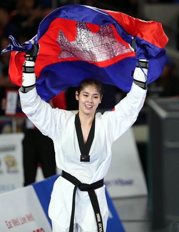 Sau khi vượt qua Kirstie Alora của Philippines để lên ngôi vô địch, võ sĩ người Campuchia thu hút sự chú ý với dung mạo xinh đẹp khicầm cờ tổ quốc mừng thành tích.