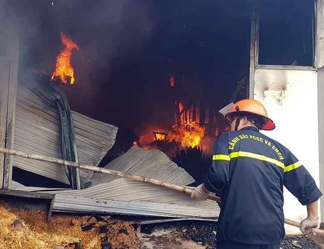 Lính cứu hoả khống chế đám cháy. Ảnh: H.G.