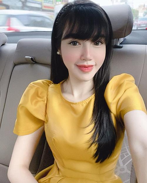 Elly Trần đằm thắm với mái tóc đen suôn dài.