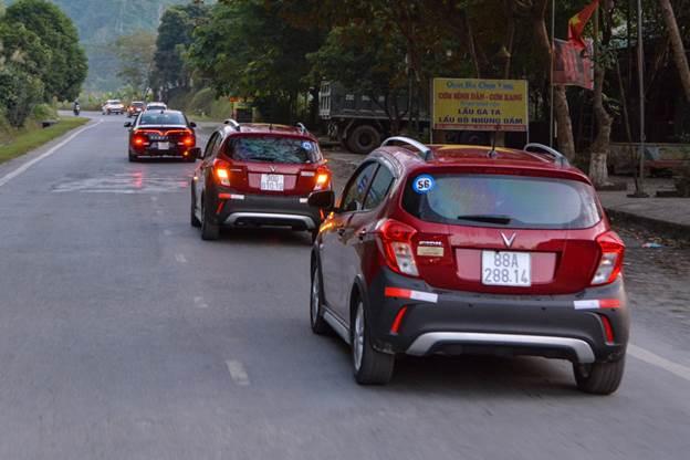 Những cung đường đèo dốc không làm khó VinFast Fadil. Mẫu hatchback hạng A sử dụng động cơ 1.4L, cho công suất lên tới 98 mã lực và mô-men xoắn 128 Nm. Sức mạnh này ngang với hầu hết mẫu xe hạng B trên thị trường. Động cơ dung tích 1.4L và trọng lượng thấp là công thức tạo nên khả năng vận hành đầy thuyết phục của Fadil.