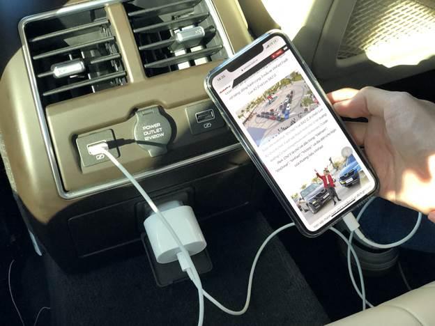 Với đủ loại cổng sạc trong xe, người ngồi sau có thể thỏa sức lướt mạng mà không lo tới chuyện hết pin.