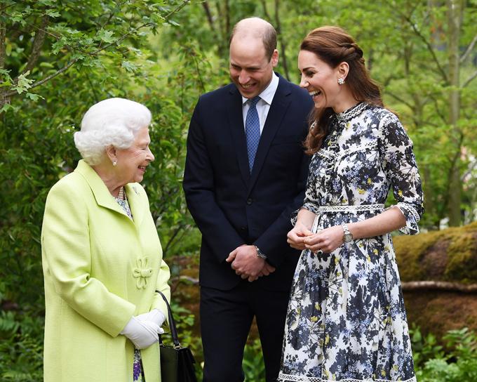 Kate đưa Nữ hoàng đi thăm khu vườn do cô thiết kế hồi tháng 5. Ảnh: Mega.