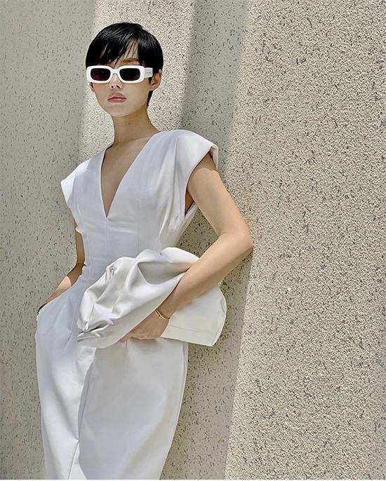 Nổi bật trong xu hướng phụ kiện 2019 là sự xuất hiện của mẫu túi The Pouh của thương hiệu Bottega Venetta. Bằng cảm nhận tinh tế, Khánh Linh nhanh chóng đoán được kiểu clutch độc đáo này sẽ làm mưa, làm gió trong trào lưu mặc đẹp.