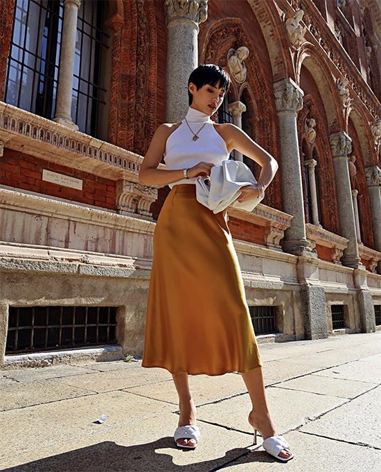Là sản phẩm mang đặc trưng của dòng phụ kiện minimal vì thế túi The Pouch dễ dàng phối cùng các mẫu váy, áo thời thượng.