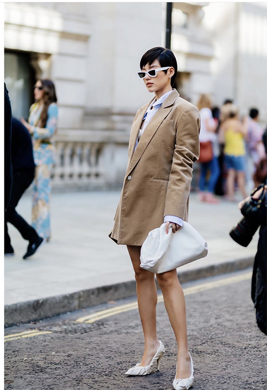 Cltuch của Bottage Venetta được Khánh Linh mix cùng váy lụa, blazer dáng rộng, đầm liền thân, short, suit..