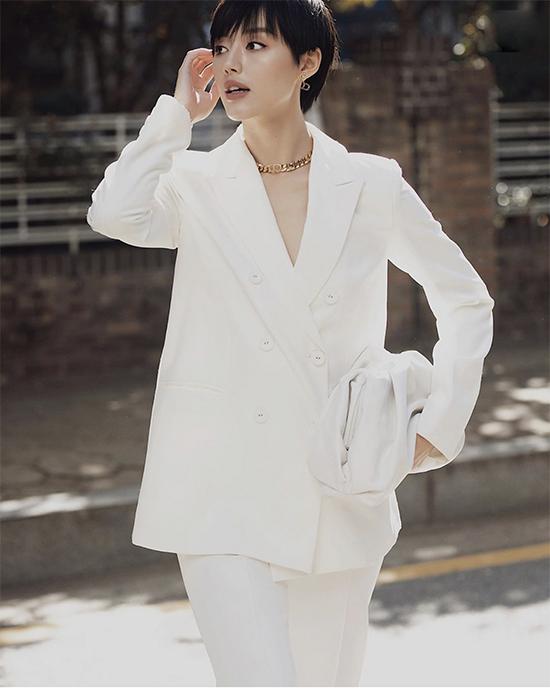 Khánh Linh bịThe Pouch hút hồn  vì nó là một chiếc túi minimal, khác biệt, gọn gàng với những nếp gấp hoàn hảo.