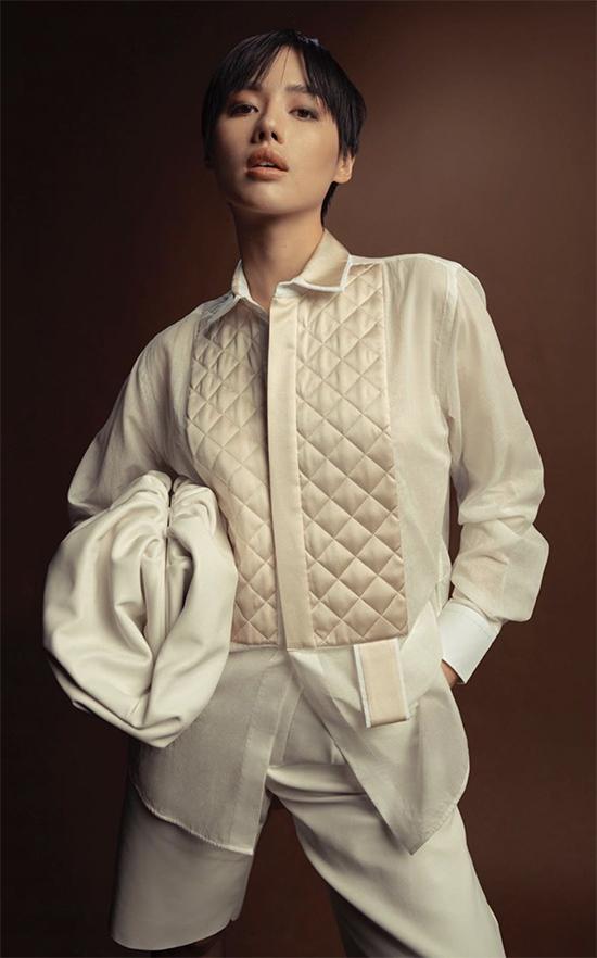 Với mẫu clutch kiểu dáng độc và lạ, Khánh Linh lại có dịp thể hiện sự sáng tạo trong việc mix-match trang phục theo đúng trend.