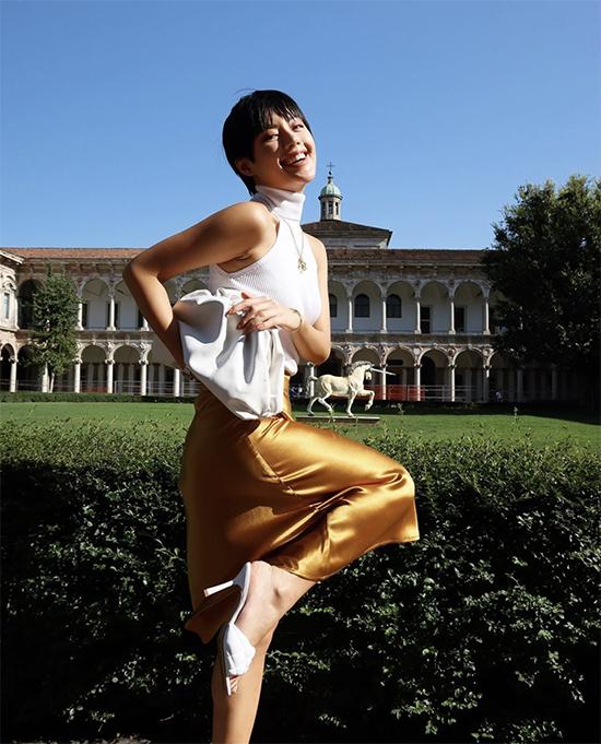 Bên cạnh các kiểu túi ăn khách của Louis Vuitton, Chanel... ở mùa này, Khánh Linh dành rất nhiều tình cảm cho túi hot trend của Bottage.