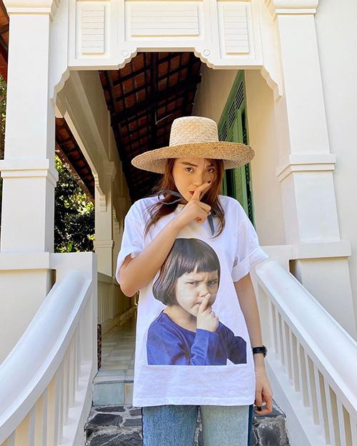 Kỳ Duyên bắt chước điệu bộ đáng yêu của cô bé in trên chiếc áo.