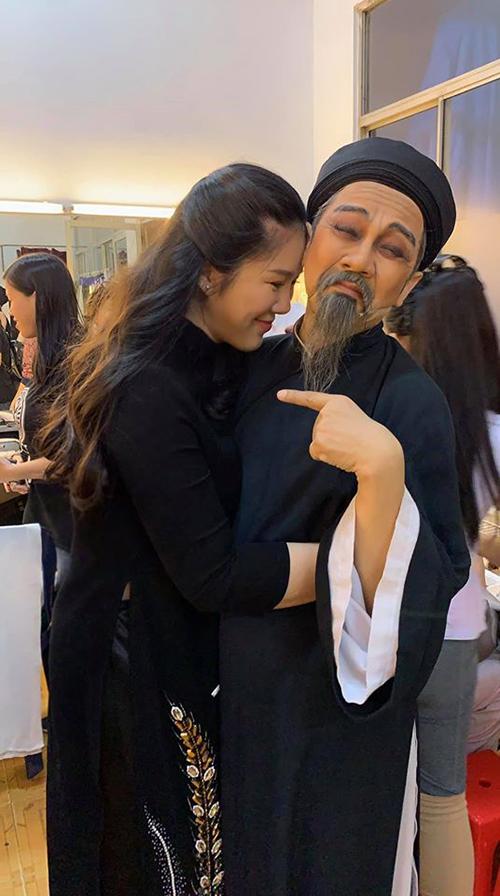 Lê Phương pose hình cùng nghệ sĩ Thành Lộc và hài hước cho biết: Giờ cứ chụp hình là nghiêng người cho Vline, tầm này thì liêm sỉ gì nữa. Sau khi sinh con gái, nữ diễn viên phát tướng nhưng cô chấp nhận vì đang trong giai đoạn cho con bú. Cô dự định sẽ thực hiện kế hoạch giảm cân khi sắp trở lại với công việc.