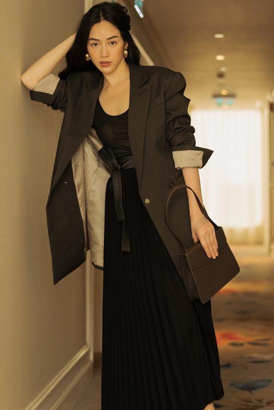 Thời tiết Sài Gòn tháng 12 se lạnh, Mai Thanh Hà thích mặc váy dài, khoác áo vest dáng dài xuống phố.