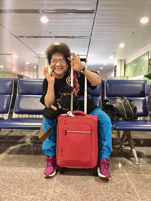Nghệ sĩ Minh Vương nhí nhảnh pose hình trong lúc ngồi chờ bay từ TP HCM ra Hà Nội.