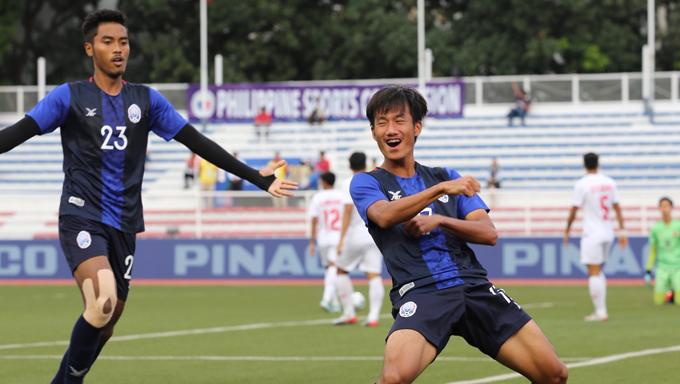 Sieng Chanthea (bên phải) mừng bàn thắng mở