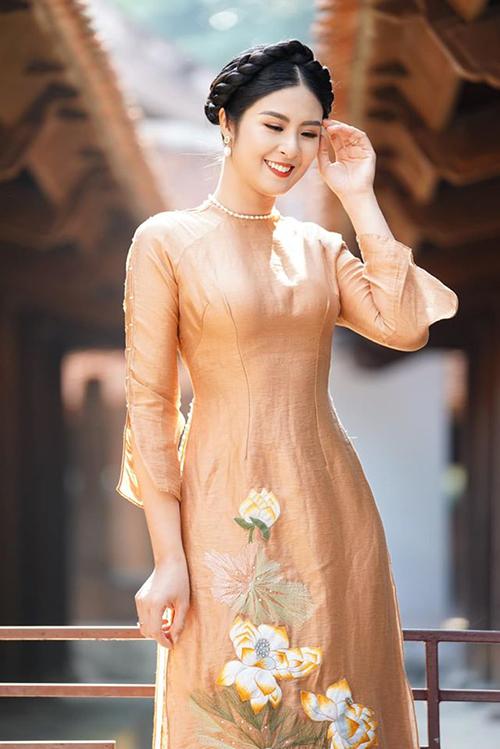 Hoa hậu Ngọc Hân được khen như nàng thơ khi diện áo dài do mình thiết kế.