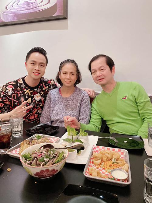 Ca sĩ Nhật Tinh Anh chúc mừng sinh nhật bố tại Mỹ.