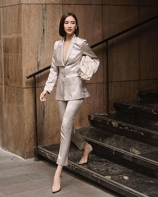 Hà Thu diện suit thanh lịch khi sử dụng clutch hot nhất mùa thời trang 2019.