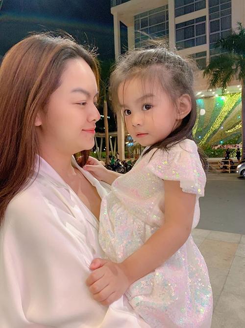 Ca sĩ Phạm Quỳnh Anh hạnh phúc bên con gái thứ hai và cho biết Tuệ An ngày càng ghê ghớm, bắt nạt cả nhà.