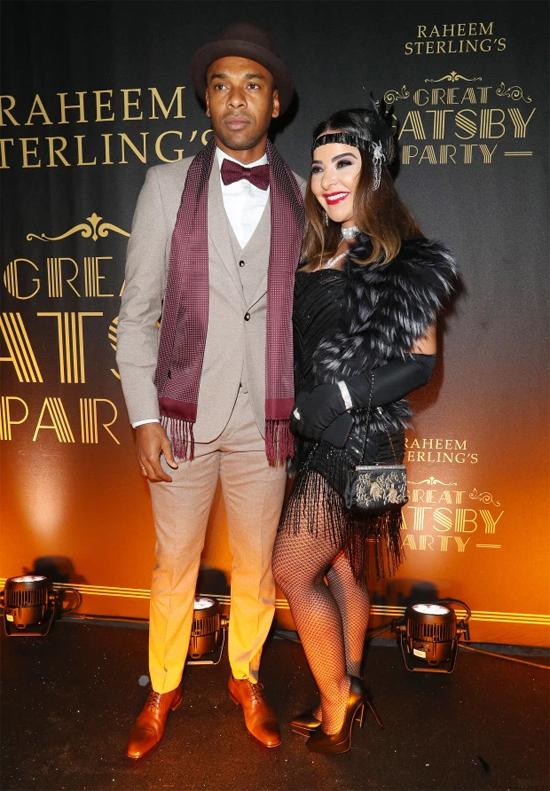 Fernandinho chọn vest sáng màu sánh bước bên cô vợ Glaucia Roza.